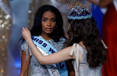 """Новата кралица на красотата дефилира със зашеметяваща сребърна рокля, след като беше коронясана от """"Мис Свят"""" 2018 Ванеса Понсе Де Леон. Снимки РОЙТЕРС"""