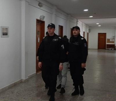 Задържаният Ахмед Али криеше лицето си от фоторепортерите. Снимка:Елена Фотева