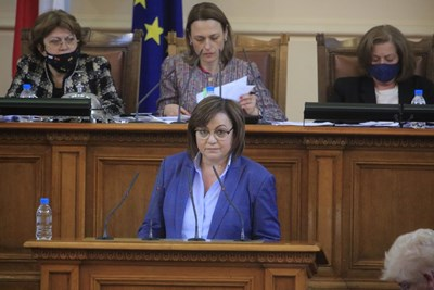 Нинова на парламентарната трибуна. Снимка БСП