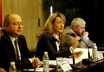 Шефът на правната комисия Четин Казак (вляво), правосъдният министър Зинаида Златанова и проф. Александър Стойнов на дискусията в НДК   СНИМКА: ДЕСИ КУЛЕЛИЕВА