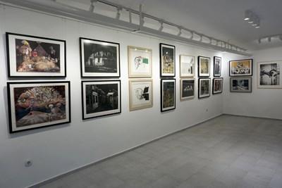 """Част от картините в изложбата """"Мисия """"Графика"""".  СНИМКИ: ДЕСИСЛАВА КУЛЕЛИЕВА"""