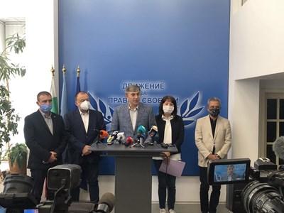 Лидерът на ДПС Мустафа Карадайъ говори пред журналисти днес. Снимка Авторката