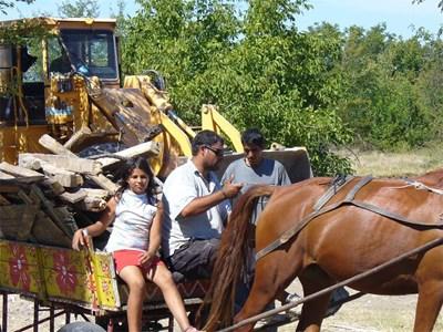 Ромите товарят и прибират всичко ценно от разрушените къщи, до което се доберат - дървен материал, желязо, тухли. СНИМКА: Ваньо Стоилов