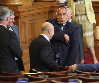 Борисов разсмива депутатите си в пленарната зала. СНИМКА: Йордан Симeонов