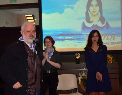 Бойко Ламбовски заедно с най-добрите в конкурса: Анастасия и Преслава. Снимки: Елена Фотева