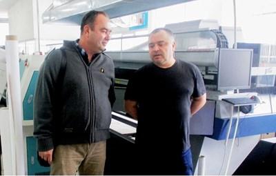 """Инж. Желязко Вълев разговаря с ръководителя на производство на фирма """"Топ Принт"""" ООД в нейния производствен център, оборудван  с вентилационните инсталации на фирма """"Вълев"""" ЕООД"""