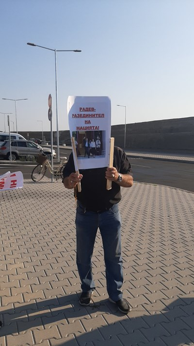 Протестиращ на Морска гара Бургас, в очакване на президента Румен Радев. Снимки и видео: Тони Щилиянова