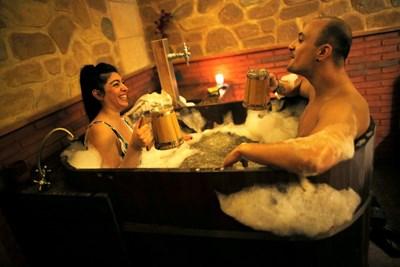 Двойка се наслаждава на бирено спа в Гранада, Испания. СНИМКА: РОЙТЕРС