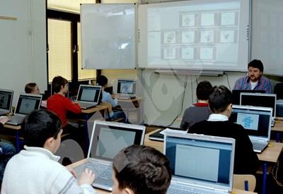 Електронните уроци навлизат във все повече училища в страната. СНИМКА: 24 часа