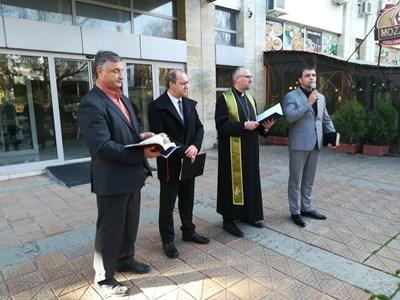 Протестът прие петиция до Народното събрание, която е изпратена до президента, министър-председателя, обмудсмана, да не се приема законът за вероизповеданията на второ четене. Снимки АВТОРКАТА
