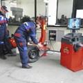 В училището има специализирани кабинети, в които се провеждат практически занятия - на снимката момчета работят с вулканизатор.