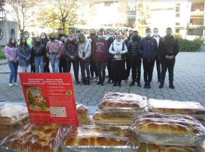 """Ученици от професионалната гимназия по облекло и хранене """"Райна Княгиня"""" в Стара Загора дариха днес храна, купена със собствени средства, на медицинския персонал от Университетската болница в града, който е на първа линия в битката с COVID-19. СНИМКИ: Ваньо Стоилов"""