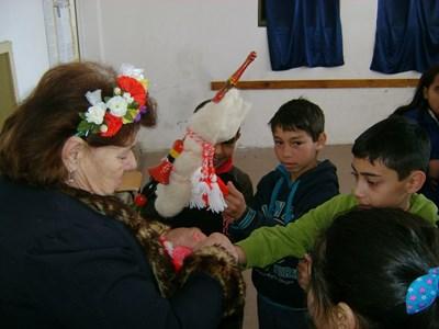Във фотосите на децата е запечатано посрещането на Баба Марта