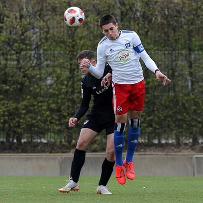 "Капитанът на ""Хамбургер"" Емануел Мирчев печели двубой за висока топка в мача срещу ""Енерги""."