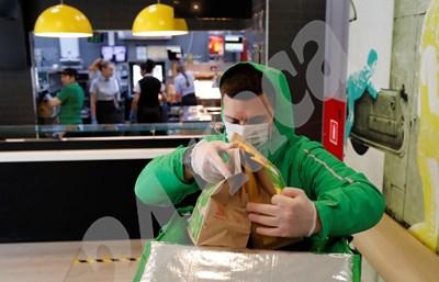 Бизнесът на куриерите процъфтява заради повечето поръчки за вкъщи. СНИМКА: 24 часа