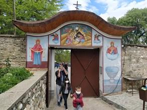 """Дори и пандемията м.г. не отказа хората да отидат на храмовия празник на манастира """"Св. Георги""""."""
