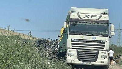 Водачът на камиона беше заловен, докато стоварва незаконно 14 т кабелни изрезки в землището на с. Триводици, община Стамболийски.