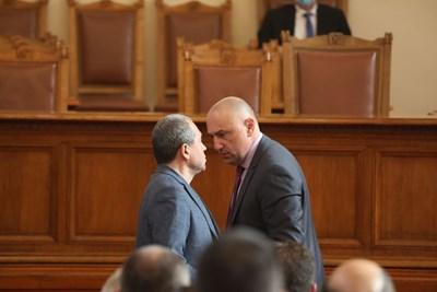 Тошко Йорданов и шефът на финансовата комисия Любомир Каримански се сменят пред трибуната за изказване, но междувременно разменят и по няколко думи. СНИМКА: Николай Литов