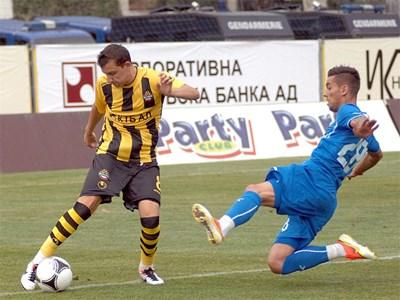 """Неделев (вляво) финтира Нуно Пинто и след малко ще вкара забележителен гол във вратата на """"Левски"""". Снимка НАТАША МАНЕВА"""