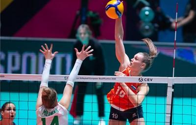 Ника Далденроп забива през блокадата на Александра Миланова.