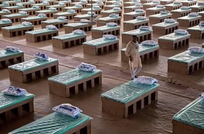 Това са картонените легла в огромната полева болница в Делхи, Индия. Снимки: Ройтерс