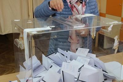 """Често при пускане в урната бюлетините се разтварят, за да се опази тайната на вота, ЦИК даде указания как да става сгъването. СНИМКА: """"24 ЧАСА"""""""