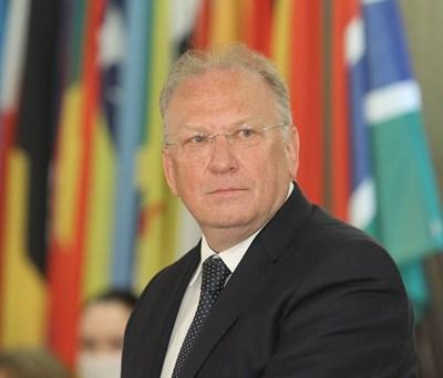 Светлан Стоев е министър на външните работи в служебното правителство на Стефан Янев от 12 май 2021 г. Преди това е бил посланик в Дания (2019-2021), директор на държавния протокол (2016-2018), посланик в Швеция (2012-2016), административен секретар на МВнР (2009-2011) и посланик в Бон, Германия (2005-2009).
