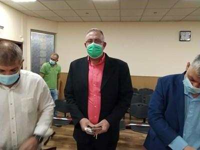 """Д-р Иван Димитров с двамата си адвокати чу """"Невинен""""."""