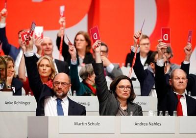 Членовете на Германската социалдемократическа партия (ГСДП) гласуваха днес с огромно мнозинство да разрешат на партийното ръководство да започне преговори с консерваторите на канцлерката Ангела Меркел. Снимка РОЙТЕРС