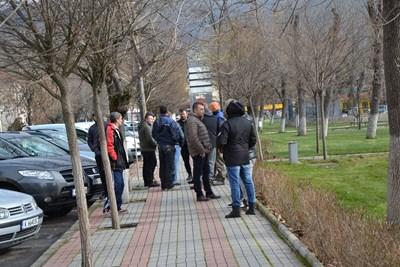 По обяд много момчилградчани се събраха в парка на града, който е в непосредствена близост до блока на семейство Муса СНИМКИ: Авторът