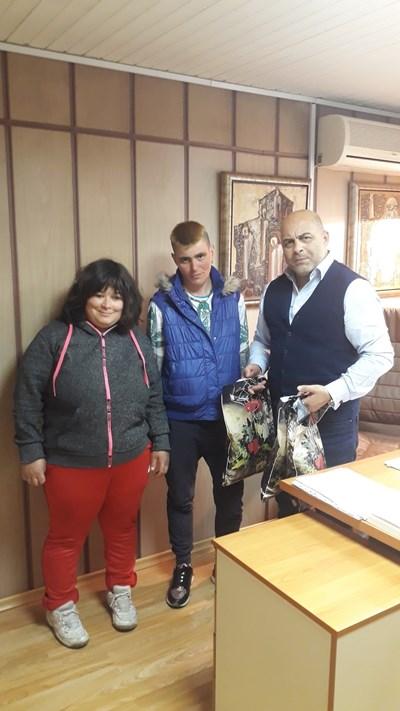 Зам.-кметът Красимир Асенов връчва дарението.