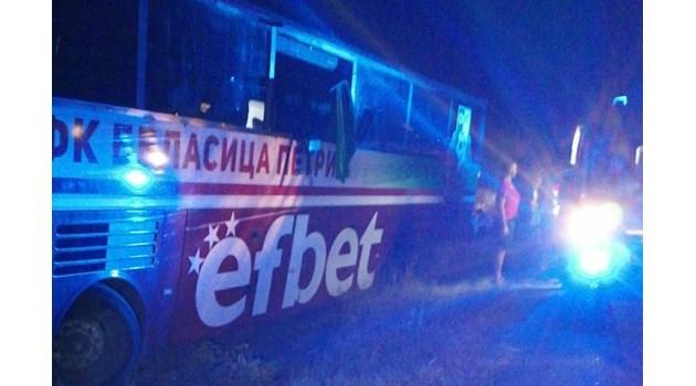 Автобус катастрофира на магистралата до Пазарджик, водачът почина, но спаси пътниците-спортисти