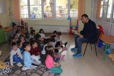 """Димитър Колев чете приказки на децата от """"Боряна."""