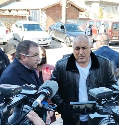 Премиерът Бойко Борисов и здравният министър проф. Костадин Ангелов провериха как работи мобилният екип в хасковското село Малево.