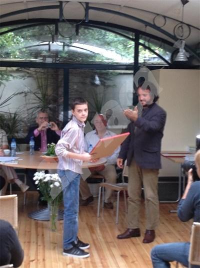 """13-годишният Георги Ставрев получава грамота за разказа си от известния писател  Калин Терзийски - член на журито на фондация """"Братя Мормареви"""" и носител на много национални и европейски награди, който му пожела бъдещи литературни успехи.  СНИМКА: АНТОАНЕТА ПЕЛТЕКОВА СНИМКА: 24 часа"""