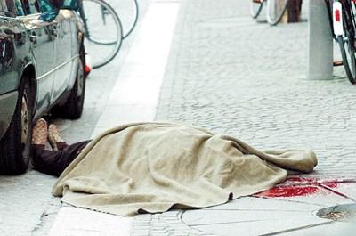 """Трупът на Косьо Самоковеца, покрит с чаршаф, лежи на площад """"Дам""""."""