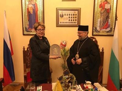 Руският посланик у нас Елеонора Митрофанова и старозагорският митрополит Киприан си размениха подаръци.  СНИМКА: Ваньо Стоилов