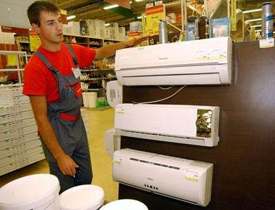 Климатици са изложени в магазин за домашна техника. Те били все по-търсени за отопление, твърдят търговци.