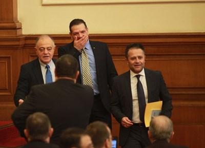 Депутатите от Реформаторския блок Атанас Атанасов, Петър Славов и Иван Иванов (от ляво на дясно) влизат в пленарната зала за заседание. Цял ден в четвъртък реформаторите отбиваха въпроси на колеги от други групи дали ще минат в опозиция или не. СНИМКА: Йордан Симеонов