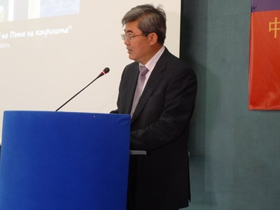 Посланикът на Китай у нас Джан Хайджоу приветства делегатите. Снимки: Авторът