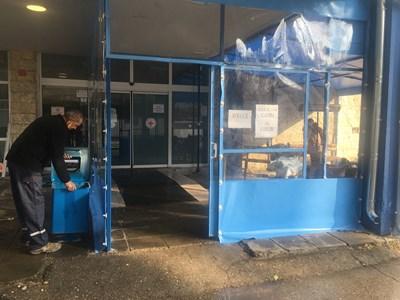 """Монтираха шатри за чакащите пациенти пред Спешното отделение в МБАЛ """"Света Анна - Варна"""" (Снимки)"""