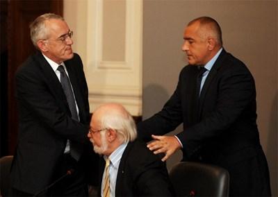 """Премиерът Бойко Борисов се ръкува с председателя на КРИБ Огнян Донев след подписването на споразумението . В средата е президентът на КТ """"Подкрепа"""" Константин Тренчев. СНИМКА: Христо Рахнев"""
