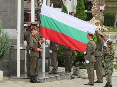 Празникът започна с военен ритуал по издигане на националното знаме СНИМКА: Дима Максимова