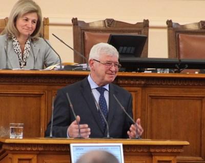 Кирил Ананиев на изслушването, зад него на председателското място е зам.шефката на НС Нигяр Джафер  СНИМКА: РУМЯНА ТОНЕВА