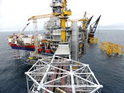 Нефтена платформа в Северно море, от която Норвегия добива петрол. Цената му отново се покачва, но засега това не се отразява върху горивата. СНИМКА: РОЙТЕРС
