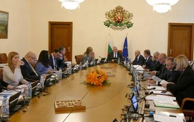 По-високите заплати от тази на премиера Бойко Борисов, която вземат редица шефове на комисии и институции се дължат на това, че те не са на бюджетна издръжка.