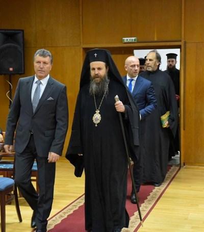 Кметът Иван кадев влиза на сесия на общинския съвет с Неврокопския митрополит Серафим. СНИМКИ: ФЕЙСБУК