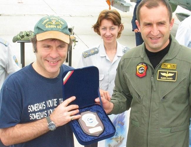 Брус Дикинсън с Румен Радев през 2007 г. в авиобазата в Граф Игнатиево СНИМКА: АРХИВ