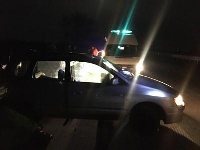 Линейка вдигна трупа на починалия шофьор с мицубишито. Снимки: Авторът
