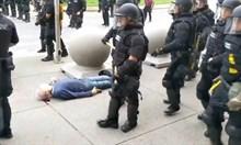 US полицаи разбиват главата на бял възрастен мъж и подминават